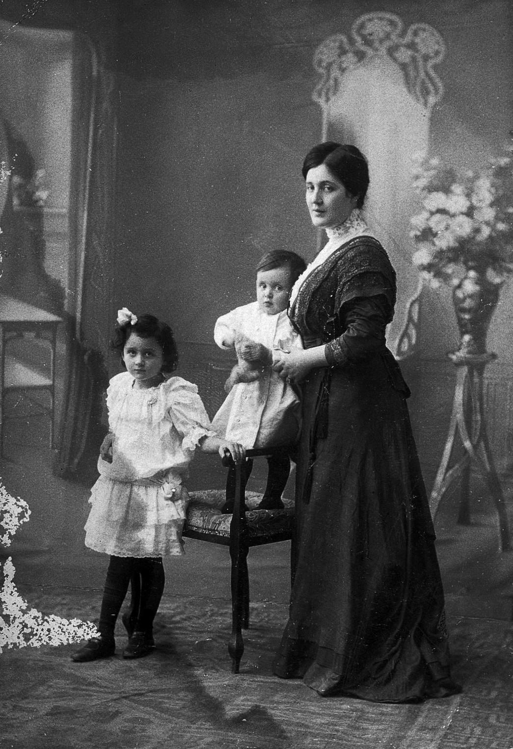 Portrait photographique de Melanie avec Melitta et Hans, vers 1908