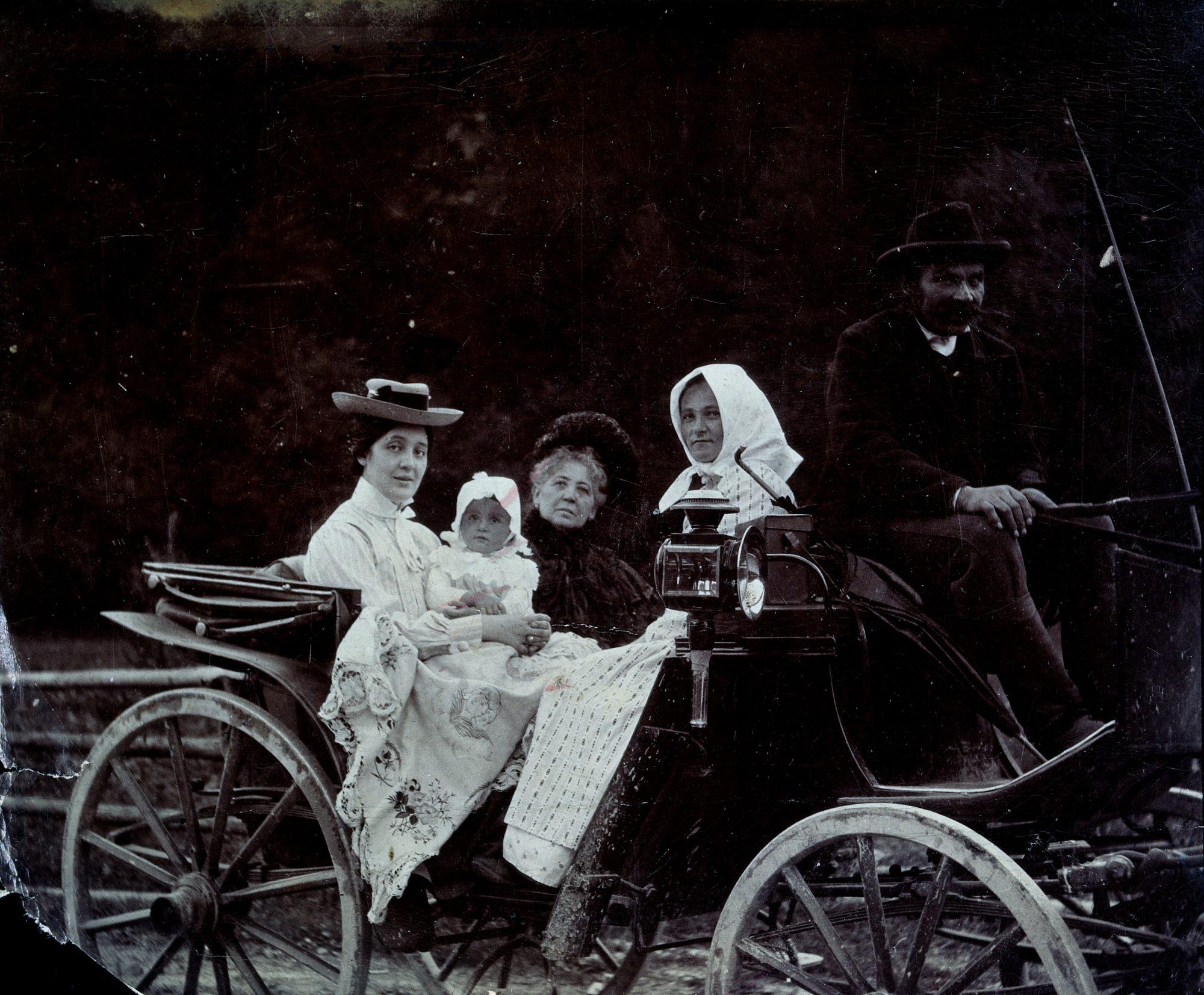 Melanie avec Melitta bébé et sa mère Libussa, dans une calèche