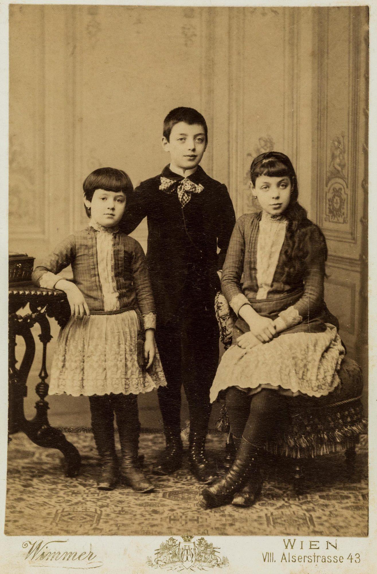 Melanie, Emmanuel y Emilie Reizes, en su niñez, alrededor de 1888