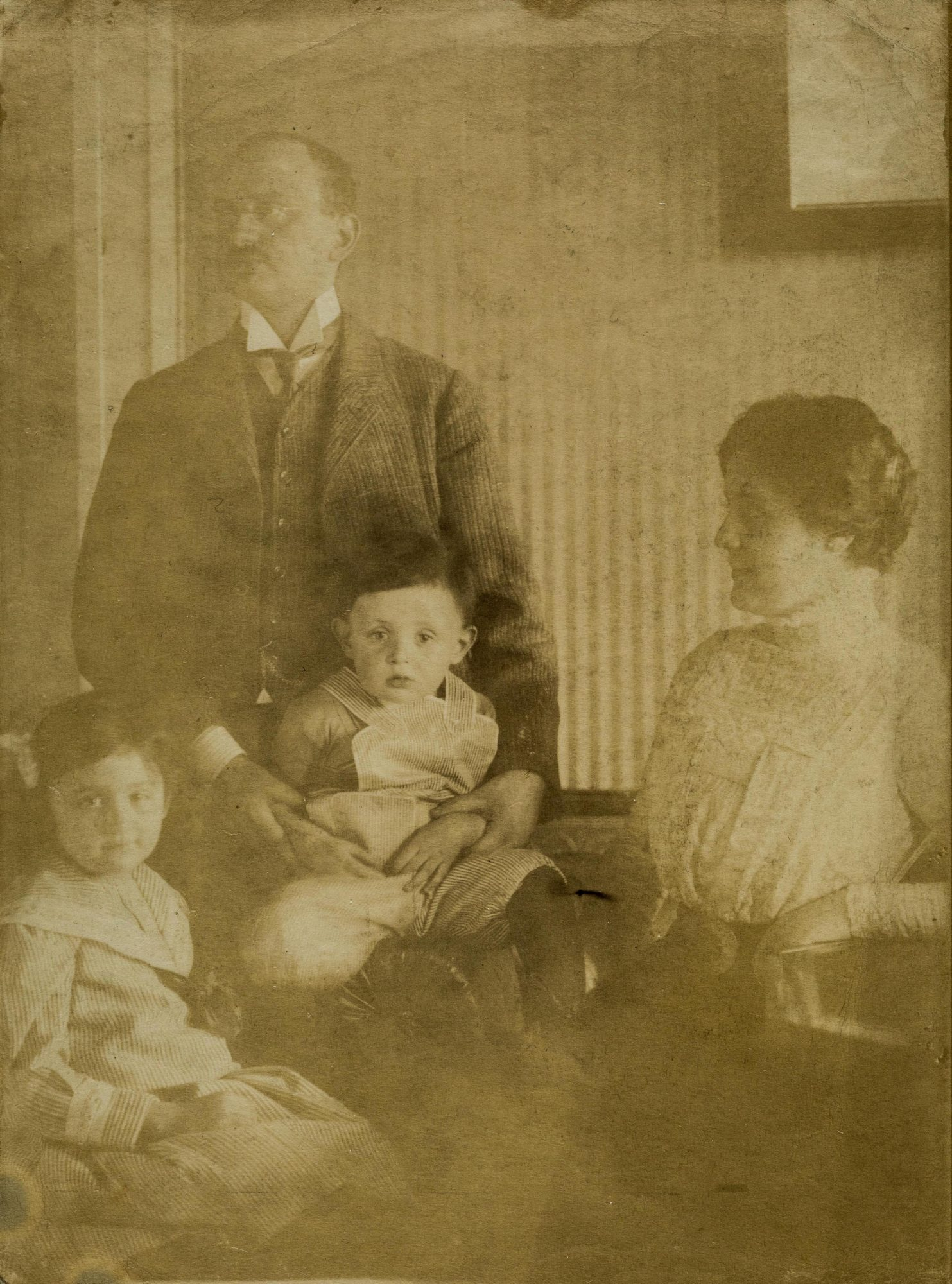 Photograph of Melanie and Arthur Klein with Melitta and Hans, around 1909.