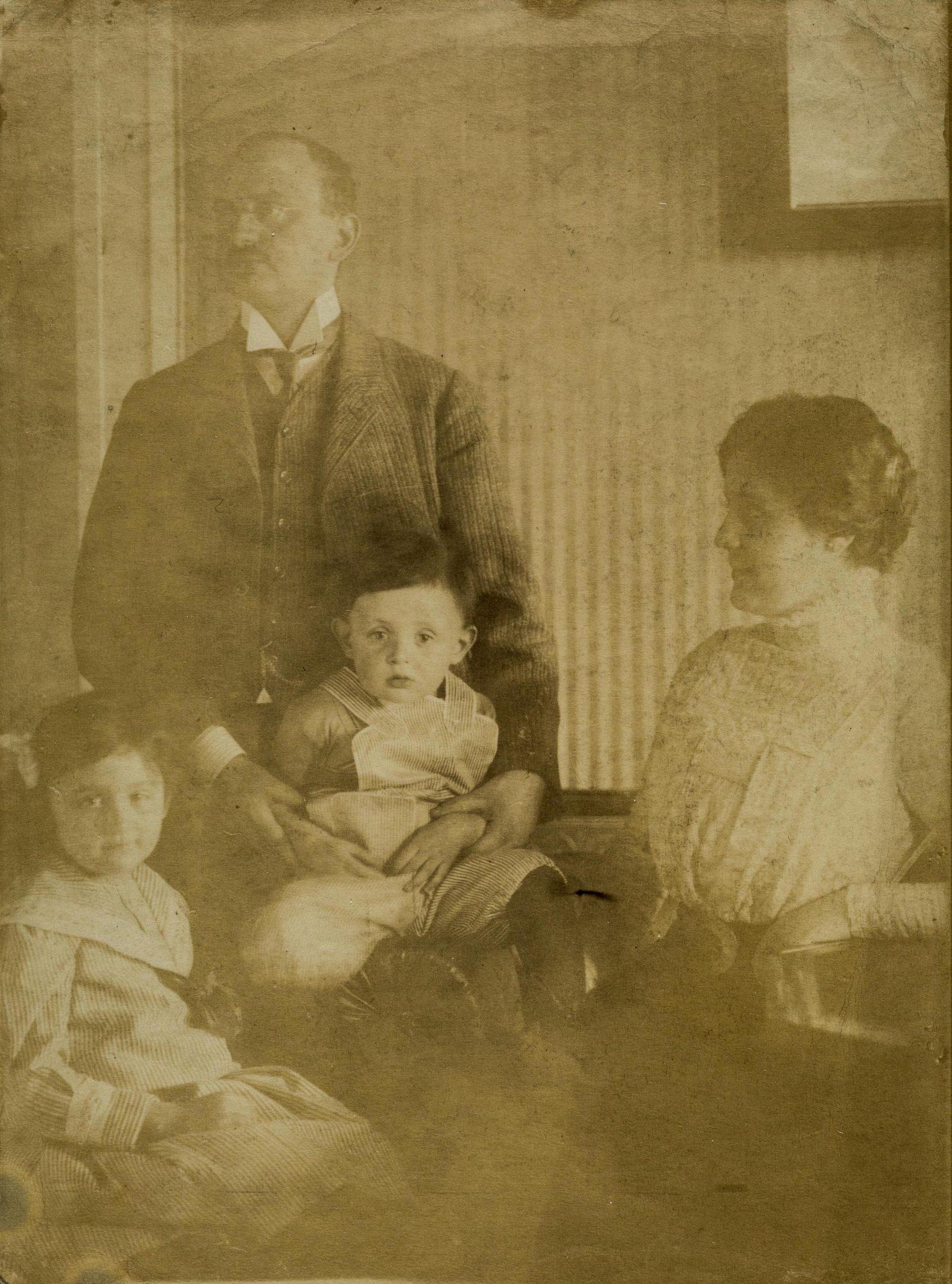 Fotografía de Melitta, Arthur, Hans y Melanie Klein tomada alrededor de 1909