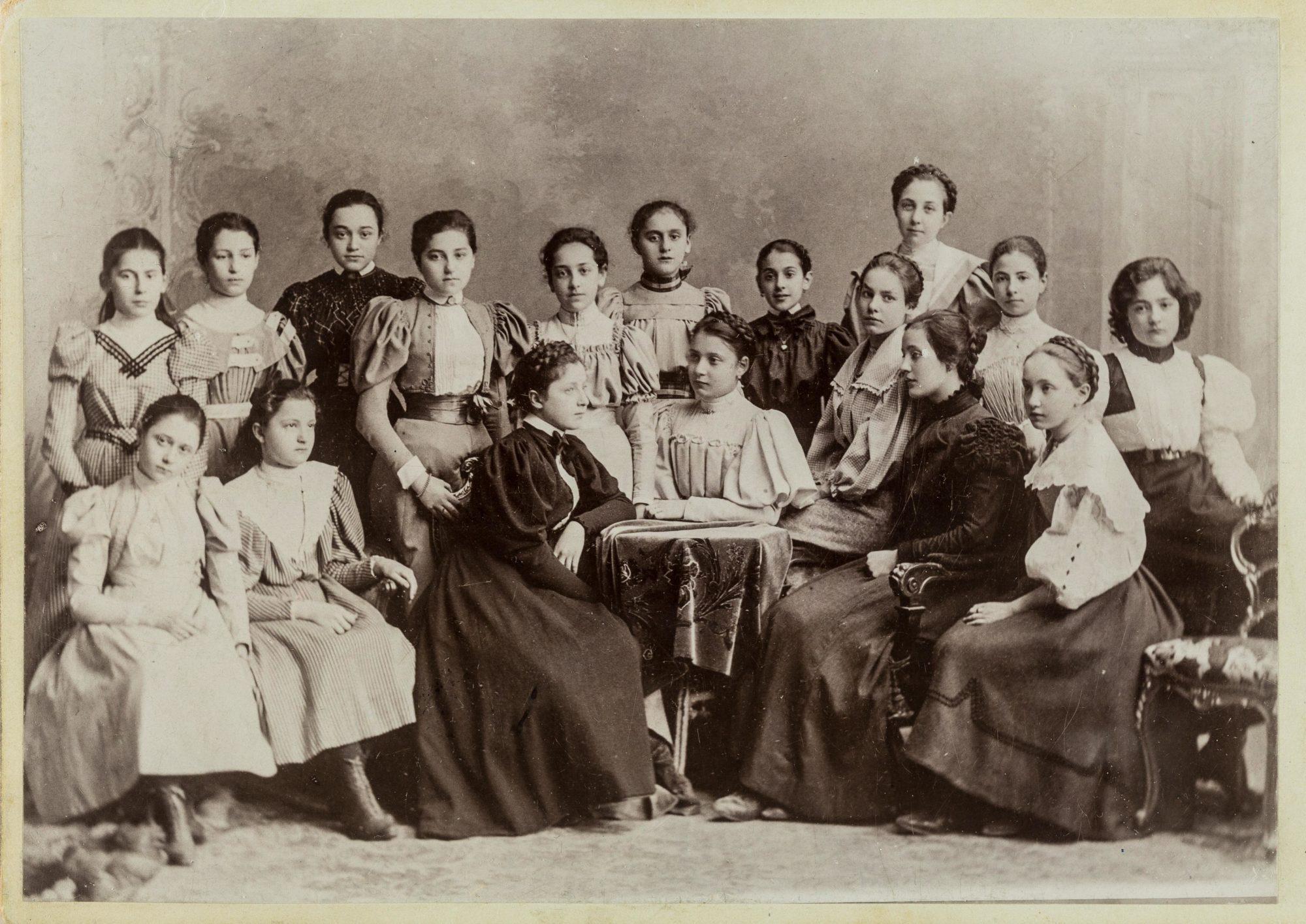 Melanie Klein à l'âge de 13 ans, sur une photographie de classe (au premier rang, la deuxième à droite)