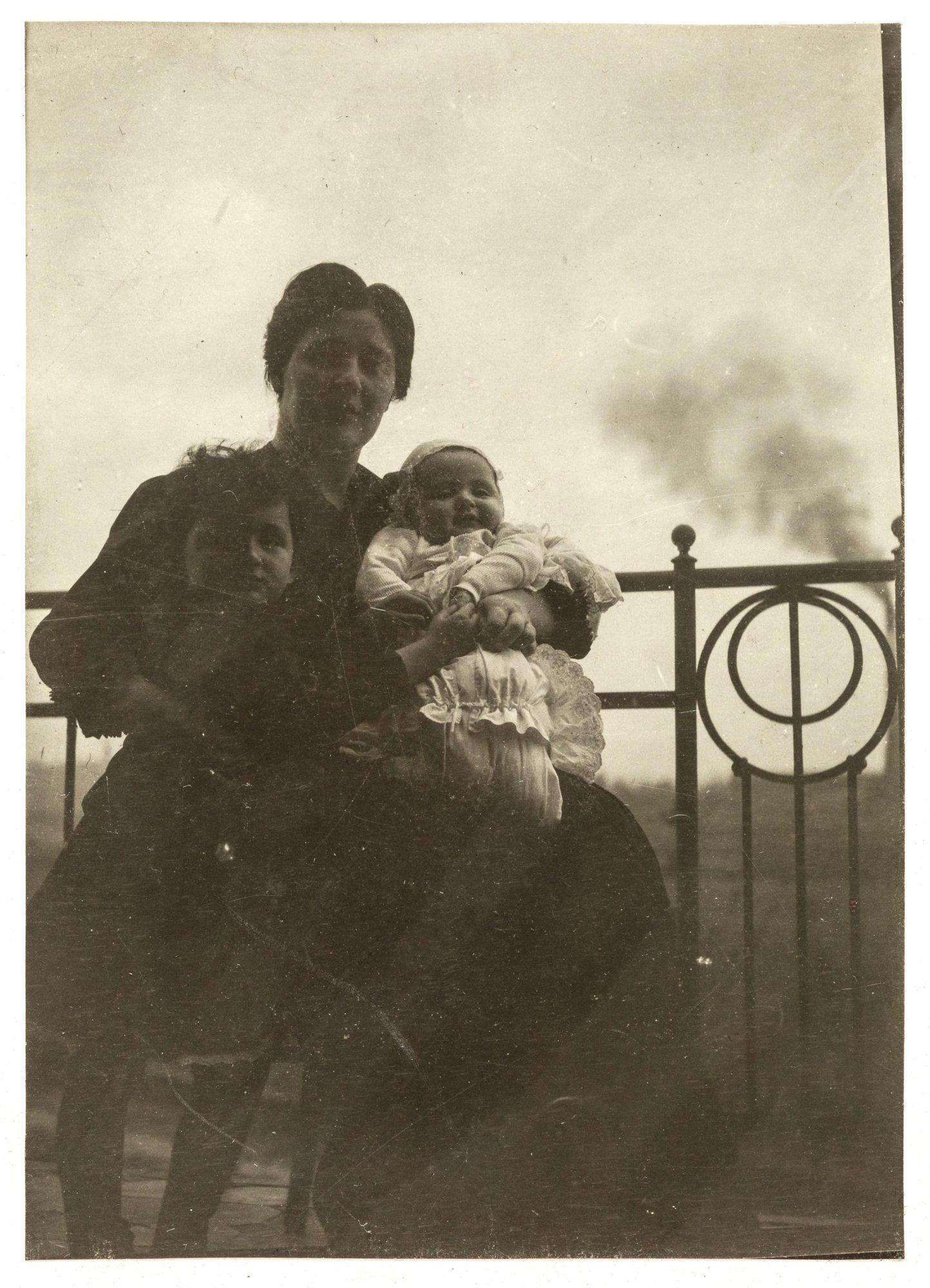 Melanie Klein con sus hijos Melitta y Hans, en 1907/08