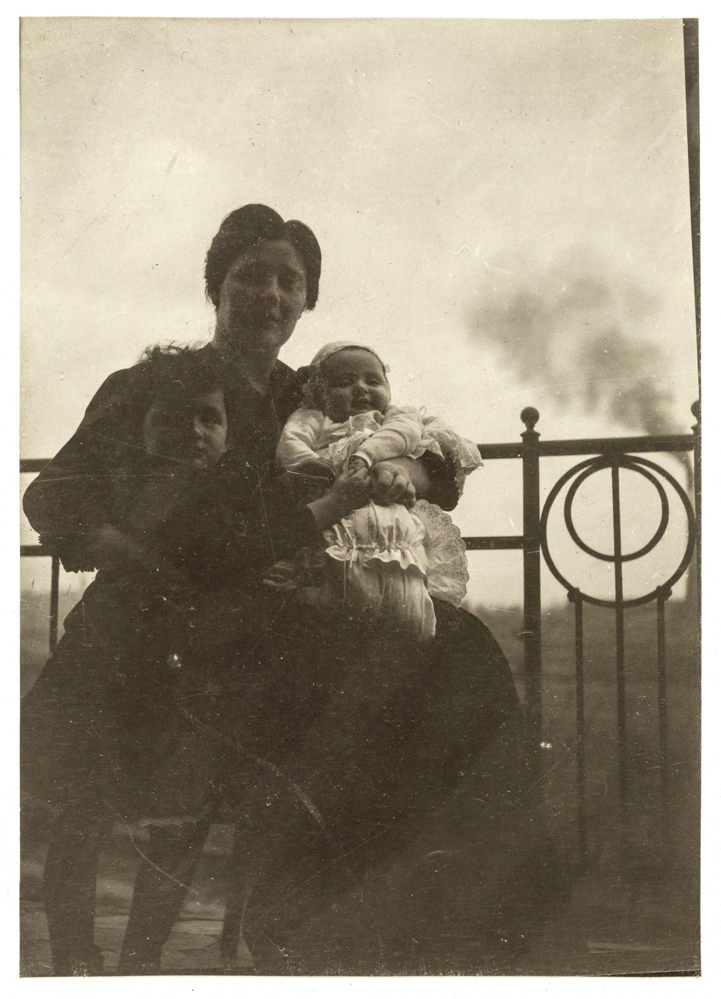 Melanie Klein avec ses enfants Melitta et Hans en 1907 ou 1908