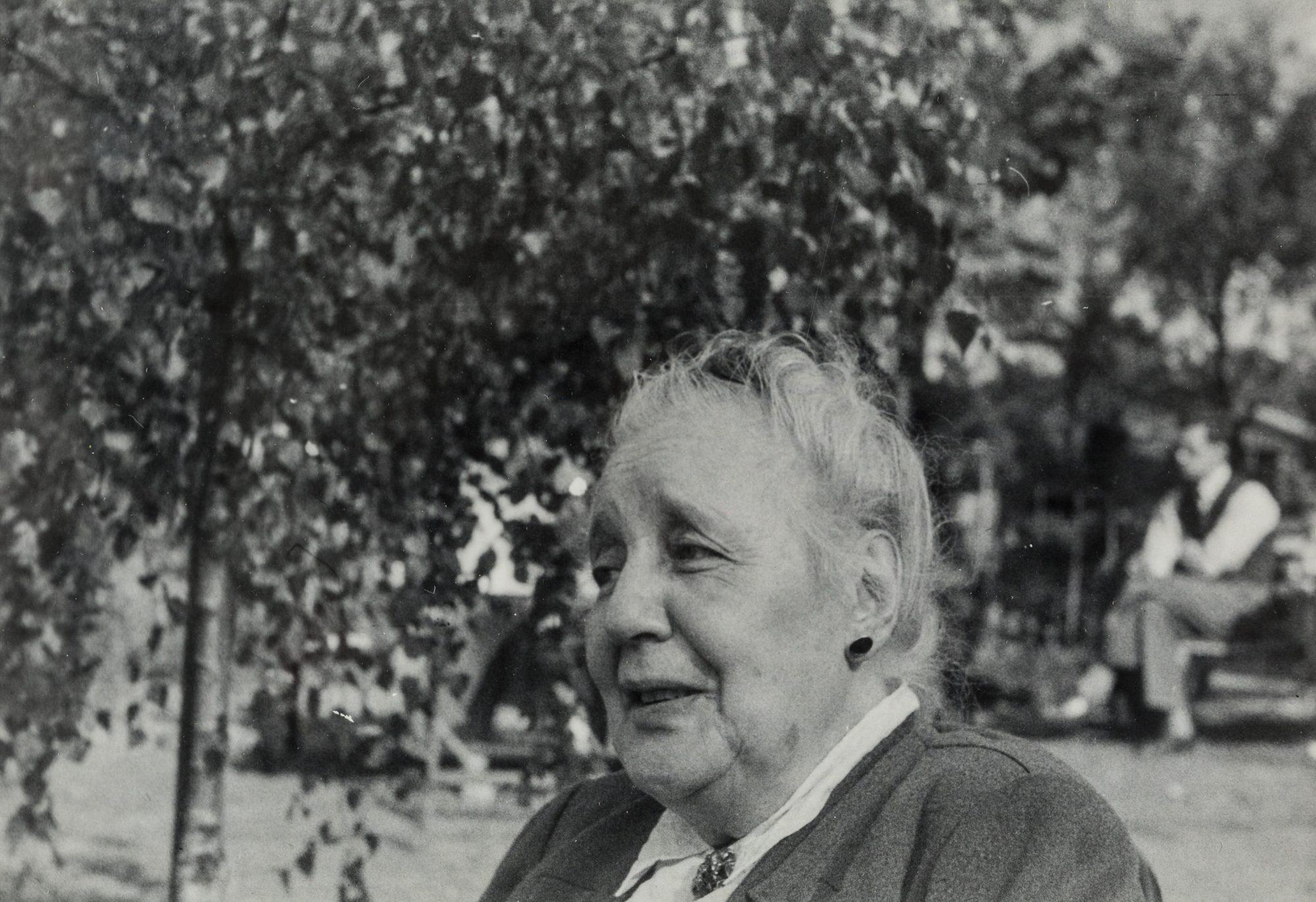 Photographie de Melanie Klein dans un jardin dans les années cinquante